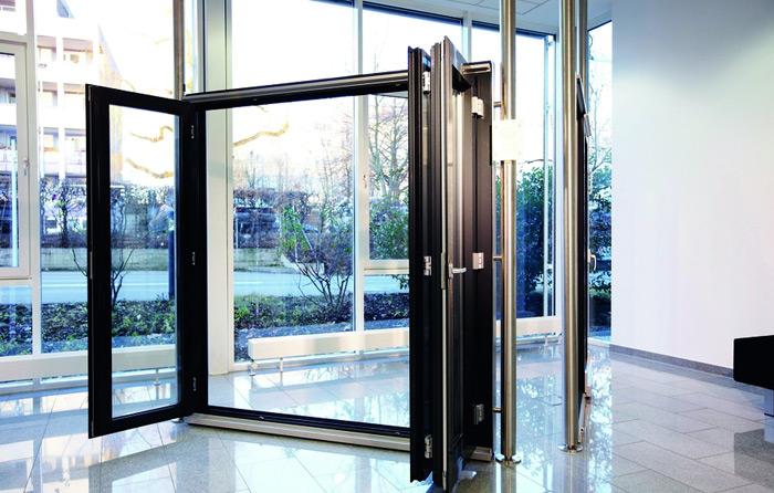 Roto выпускает фурнитуру для габаритных дверных систем комме.
